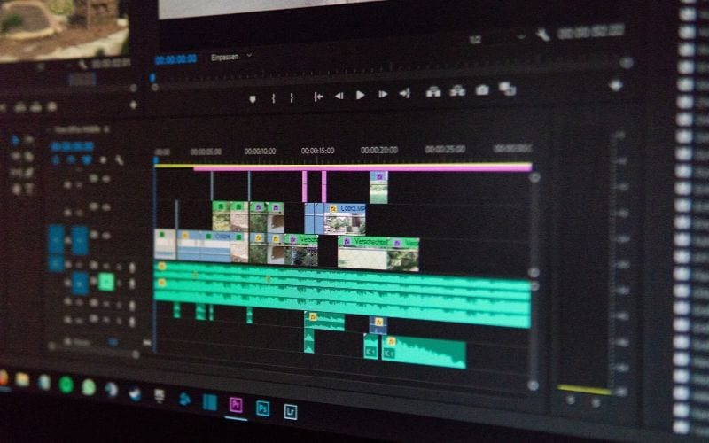 Video Editing Tracks audio and video