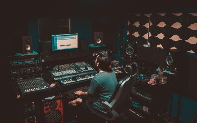Man using free MIDI drum loops in his DAW in music studio