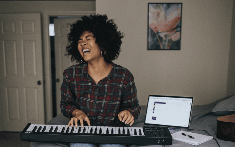woman playing the keyboard