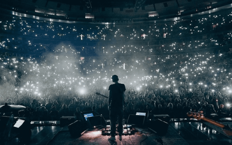 john mayer live on stage with crowd