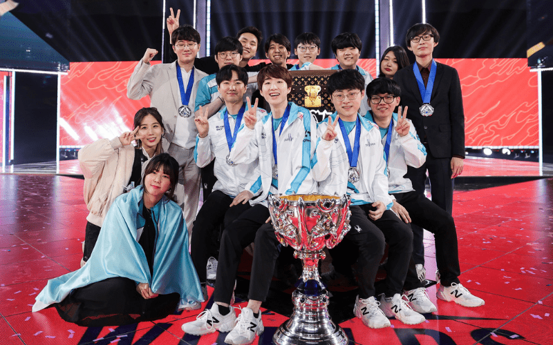 league of legends winners 2020 with trophy