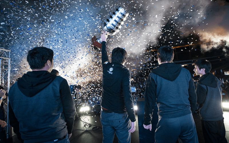 professional gamers lifting a trophy